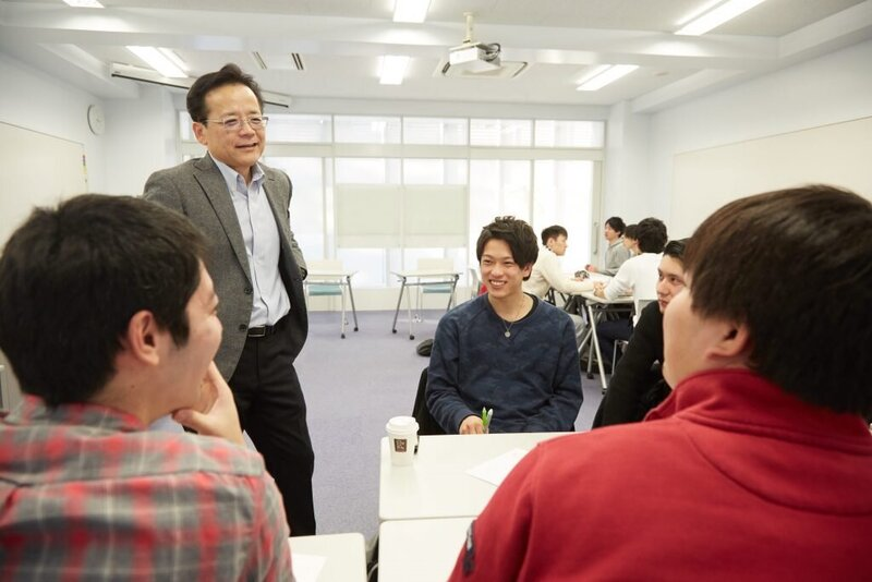 【大学の授業シリーズ】会社運営を疑似体験して学ぶ、経営と経済のリアル